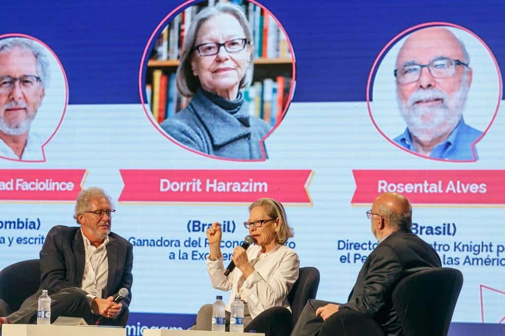 Dorrit Harazim (Brasil), ganadora del Reconocimiento a la Excelencia en conversación con Rosental Alves (Brasil) y Héctor Abad Faciolince (Colombia).