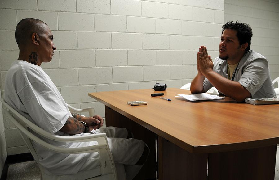 Daniel Valencia Caravantes, integrante del equipo de El Faro, realiza una entrevista