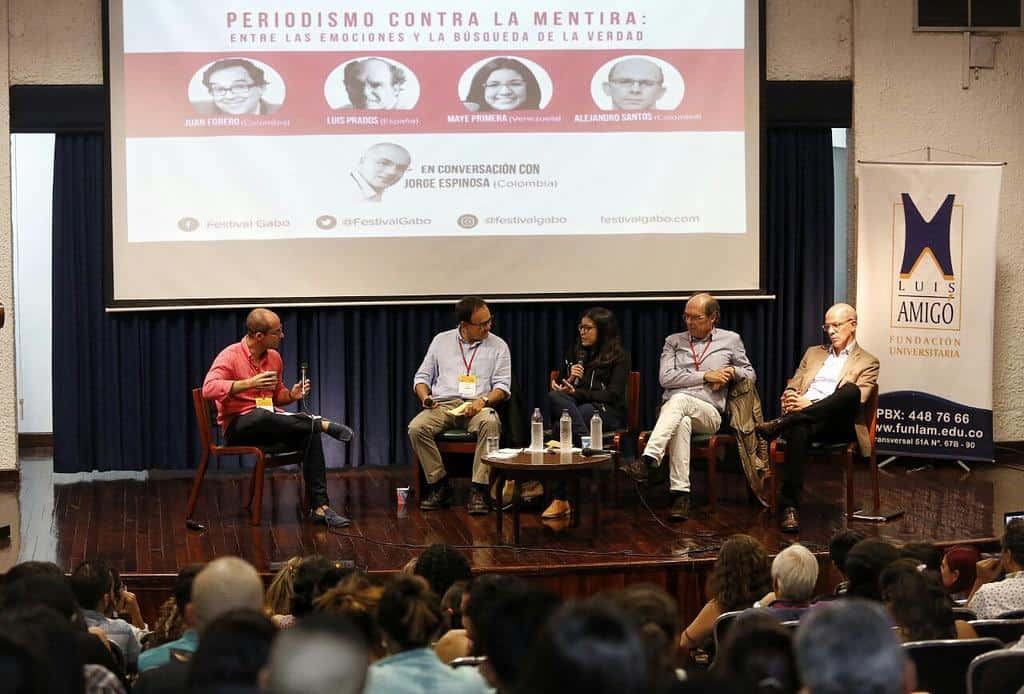 Juan Forero (Colombia), Luis Prados (España), Maye Primera (Venezuela) y Alejandro Santos (Colombia) en conversación con Jorge Espinosa (Colombia) en la charla 'Periodismo contra la mentira: entre las emociones y la búsqueda de la verdad'. Foto: David Estrada/FNPI.