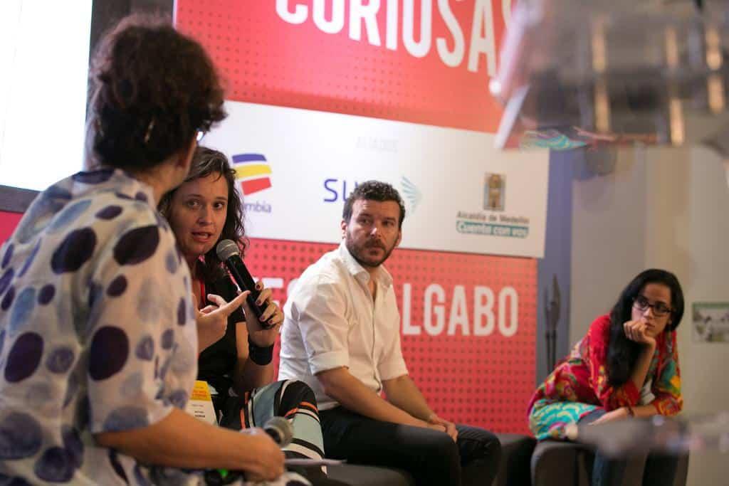 Alexandra Lucas Coelho conversa con Natalia Viana, Eliezer Budasoff y Mónica Baró, finalistas del Premio Gabo en la categoría Texto. Foto: Julián Roldán/FNPI.