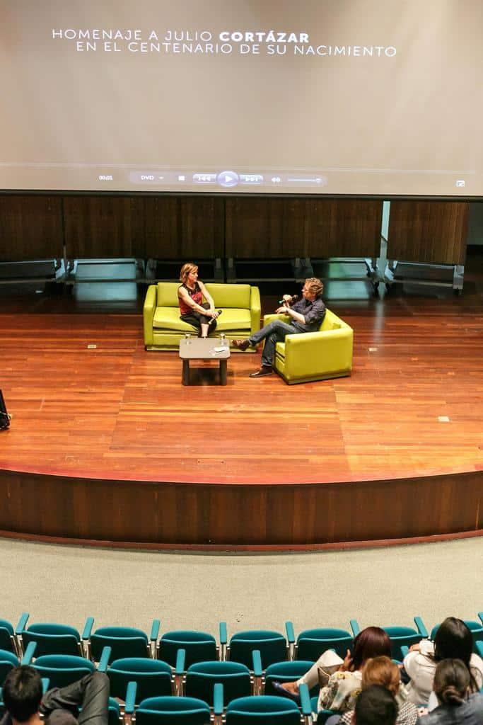Karina Wroblewski (Argentina) en conversación con Mario Jursich en la proyección del documental 'Esto lo estoy tocando mañana: Julio Cortazar y la música'. Foto: Julián Roldán/FNPI