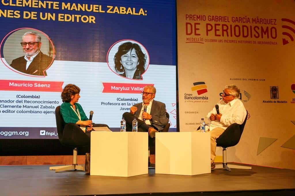 Maryluz Vallejo (Colombia), Mauricio Sáenz (Colombia), ganador del reconocimiento a la trayectoria de un editor colombiano, y con Miguel Ángel Bastenier (España). Foto: David Estrada Larrañeta /FNPI