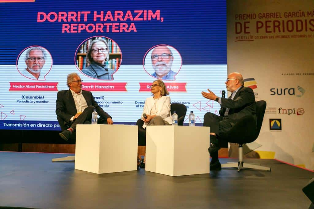 Dorrit Harazim (Brasil), ganadora del Reconocimiento a la Excelencia, en conversación con Rosental Alves (Brasil) y Héctor Abad Faciolince (Colombia). Julián Roldán/FNPI.