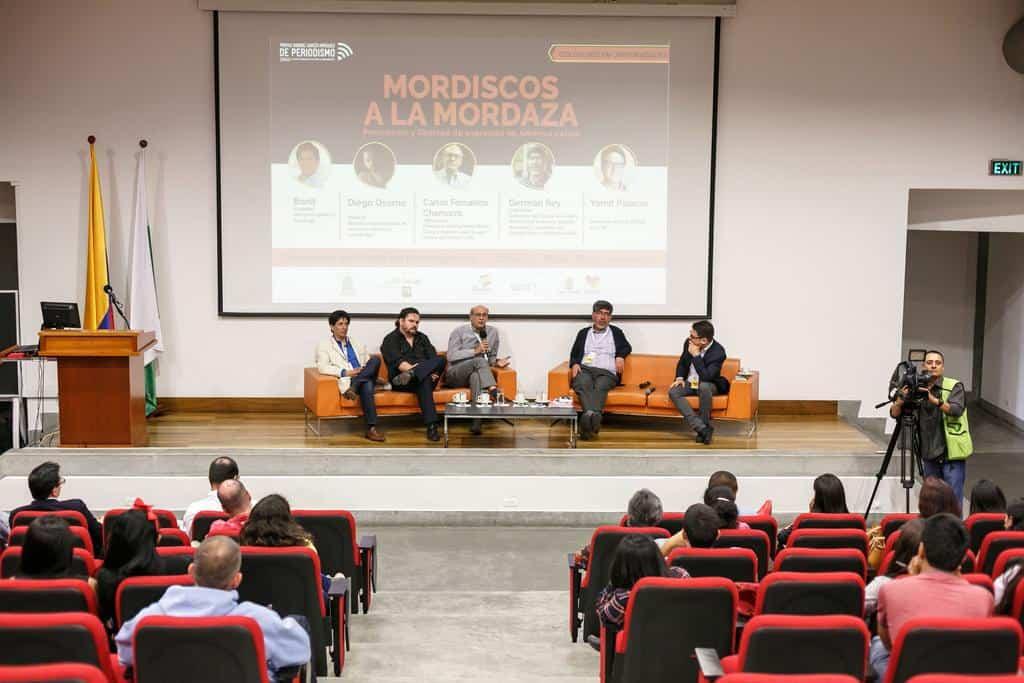 Charla 'Mordiscos a la mordaza', con Carlos Fernando Chamorro (Nicaragua), Diego Osorno (México), Bonil (Ecuador) y Germán Rey (Colombia) en conversación con Yamit Palacio (Colombia). Foto: Julián Roldán/FNPI.