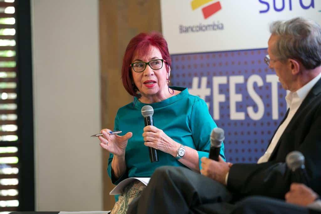 Ana Cristina Navarro conversando con Antonio Navarro Wolff en la charla 'Buscadores de paz, por una segunda oportunidad sobre la tierra'. Foto: David Estrada/FNPI.