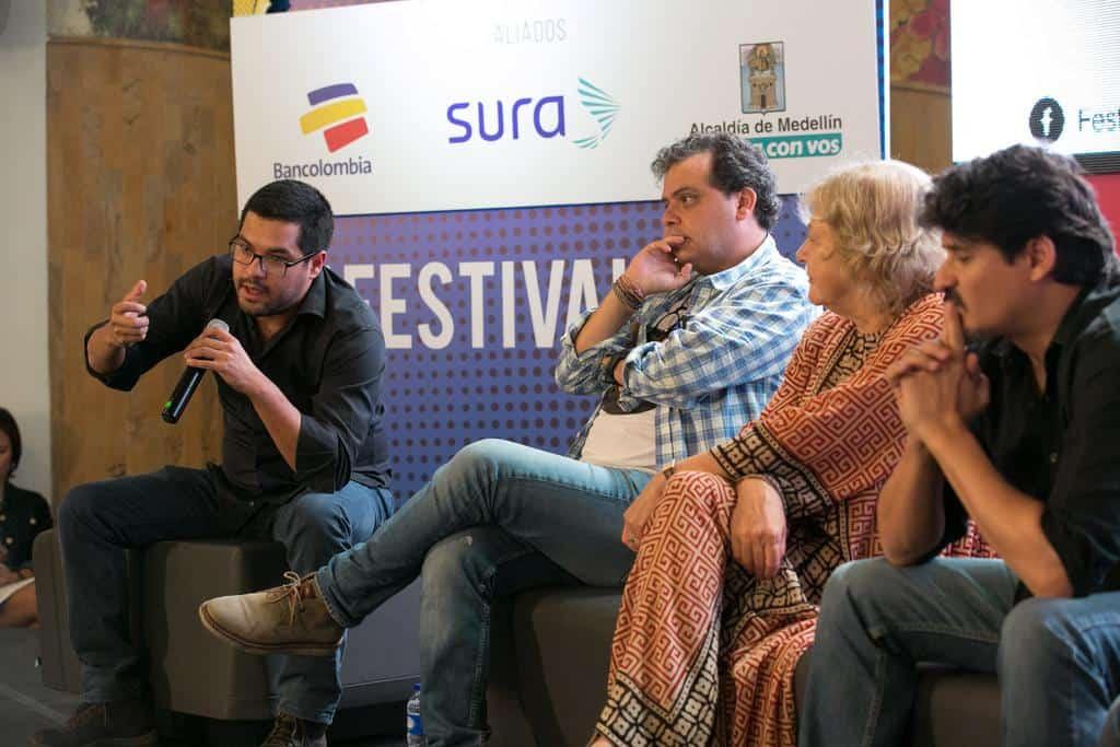 Óscar Martínez hablando en la charla 'Los incómodos de El Faro'. Foto: David Estrada/FNPI.