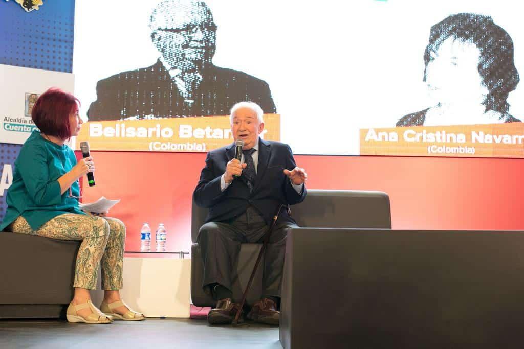 Ana Cristina Navarro conversando con Belisario Betancur en la charla 'Gabo y la paz'. Foto: David Estrada/FNPI.