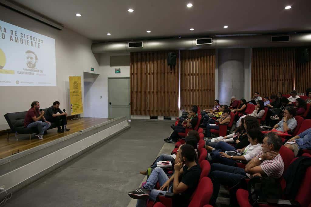 Clemente Álvarez y Eliezer Budasoff en charla 'Cobertura de ciencias y medio ambiente' (2016). Foto: David Estrada/FNPI.