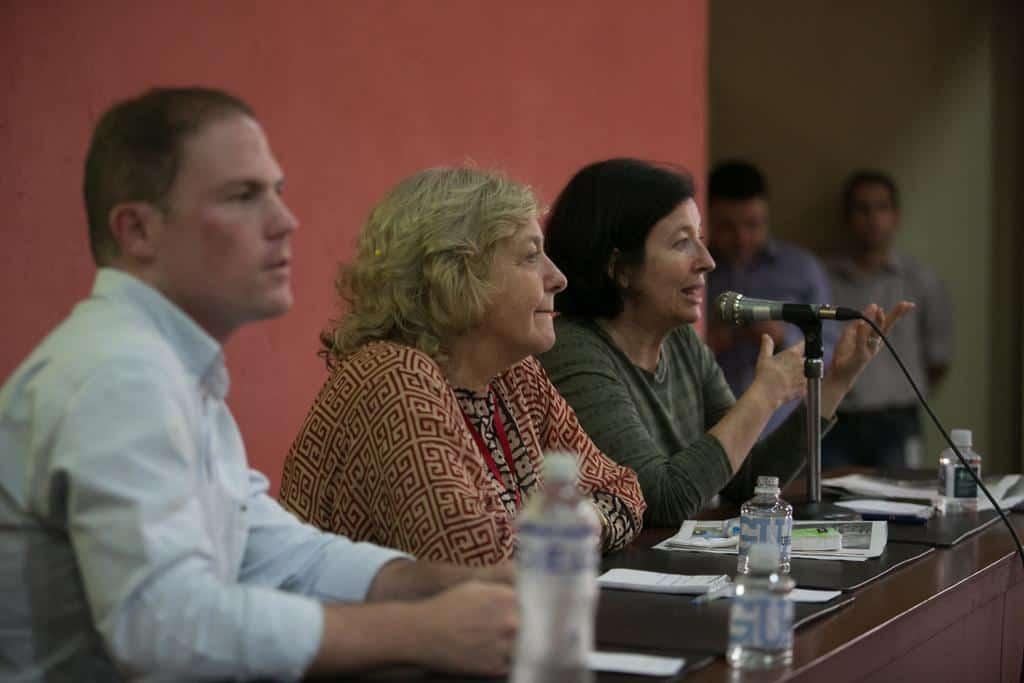 Joseph Poliszuk (Venezuela), Mónica González (Chile) y María Teresa Ronderos (Colombia) en la charla 'Periodismo sin ánimo de lucro' (2016). Foto: David Estrada/FNPI.