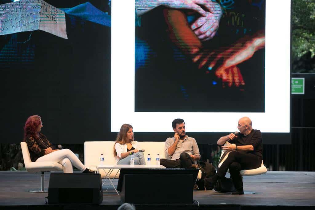 María Jou Sol, Samuel Aranda y Martín Caparrós en la charla 'Refugiados: el drama de los que más sufren' (2016). Foto: Julián Roldán/FNPI.