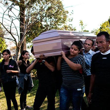 Familiares-y-amigos-durante-el-Sepelio-de-Yosselin-Yamileth-Barahona-Beltran-victima-del-incendio-en-Hogar-Seguro-3-min