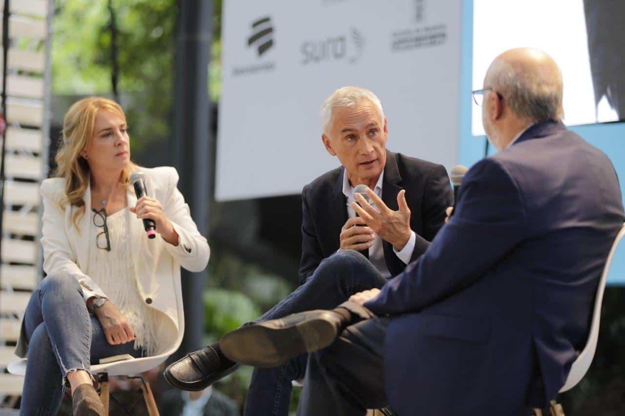 El periodista Jorge Ramos, ganador del Reconocimiento a la Excelencia del Premio Gabriel García Márquez, da consejos sobre el oficio en la charla 'Desobedezcan, siempre desobedezcan.