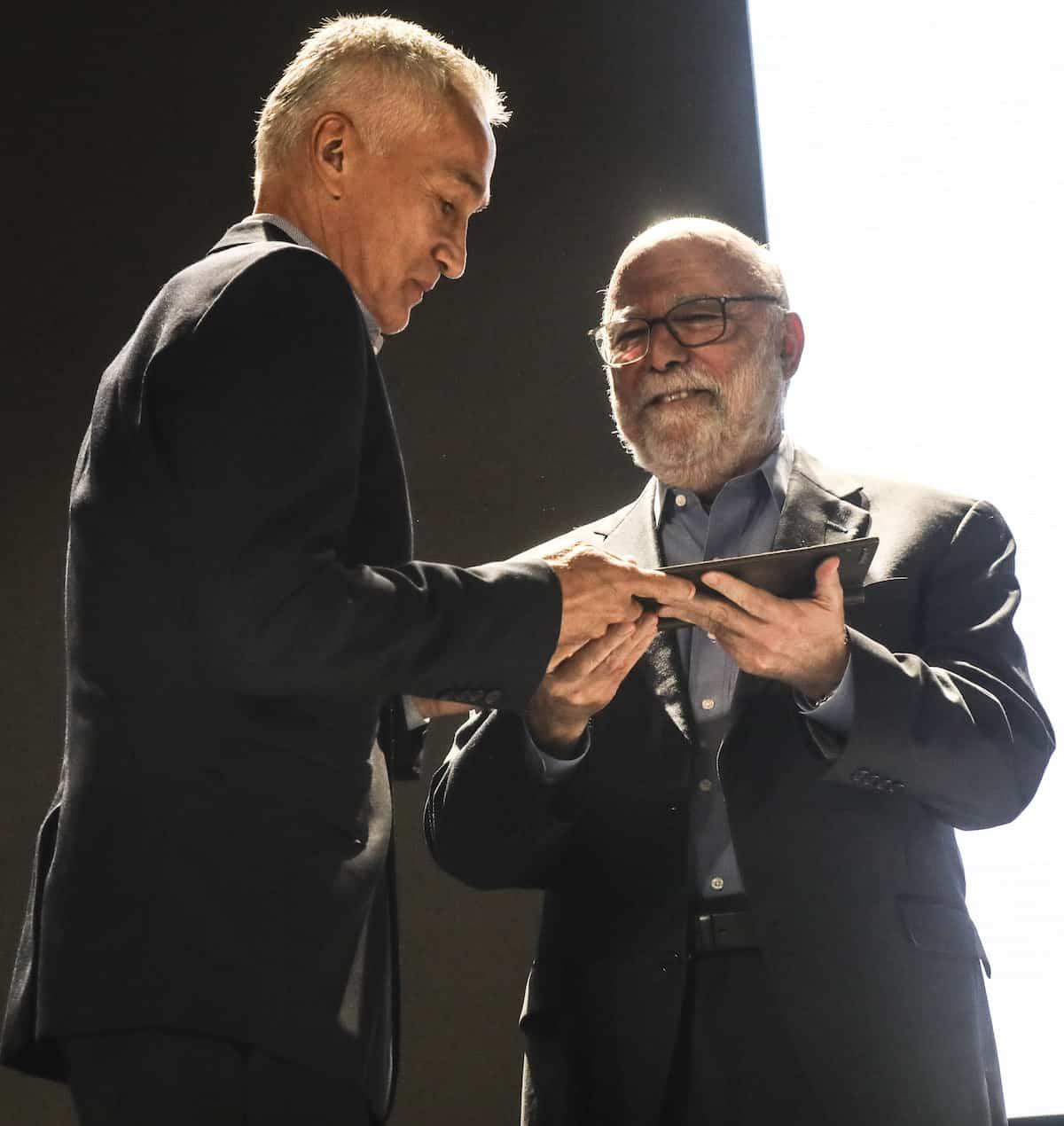 Jorge Ramos y Rosental Alves en la ceremonia del Premio Gabo 2017. Foto: Joaquín Sarmiento / FNPI