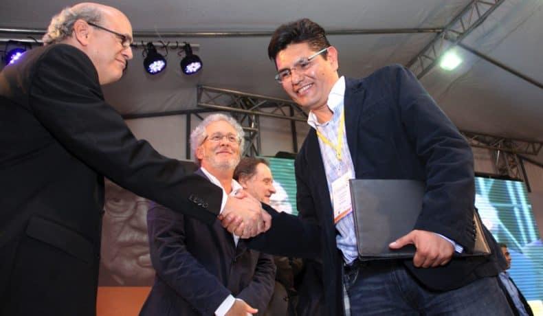 Alejandro Almazán (México), autor de 'Carta desde La Laguna' (Gatopardo), trabajo ganador del Premio Gabo 2013 en la categoría Texto, durante la ceremonia de premiación en Medellín.