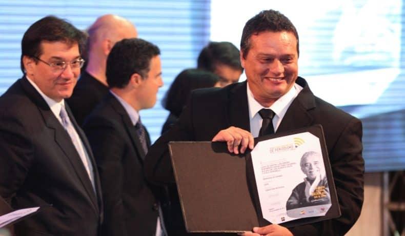 Lucio Castro (Brasil), autor de 'Memórias No Chumbo – O futebol nos tempos do Condor' (ESPN), trabajo ganador del Premio Gabo 2013 en la categoría Cobertura, durante la ceremonia de premiación en Medellín.