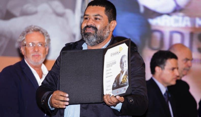 Esteban Félix (Perú), autor de 'Azúcar Amargo', trabajo ganador del Premio Gabo 2013 en la categoría Imagen, durante la ceremonia de premiación en Medellín.