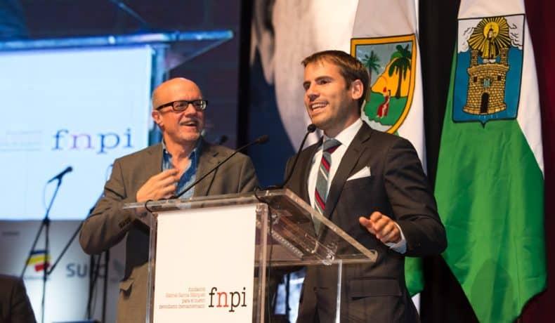 Eduardo Suárez (España), autor de 'Exxon Valdez: una mancha de 25 años' (El Mundo), trabajo ganador del Premio Gabo 2014 en la categoría Texto, durante la ceremonia de premiación en Medellín. Foto: David Estrada.