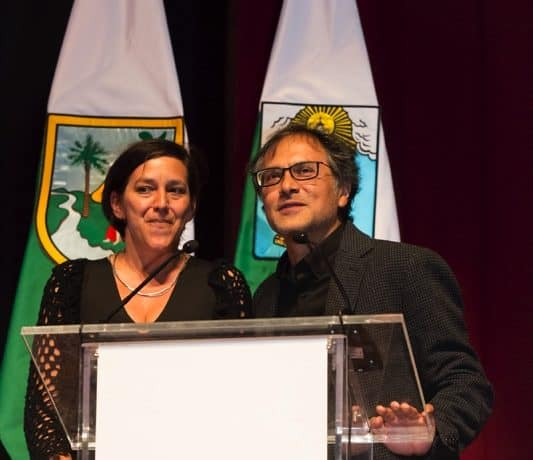 Lisandra Rivera (Ecuador) y Manolo Sarmiento (Ecuador), autores de 'La muerte de Jaime Roldós', trabajo ganador del Premio Gabo 2014 en la categoría Imagen, durante la ceremonia de premiación en Medellín. Foto: David Estrada.