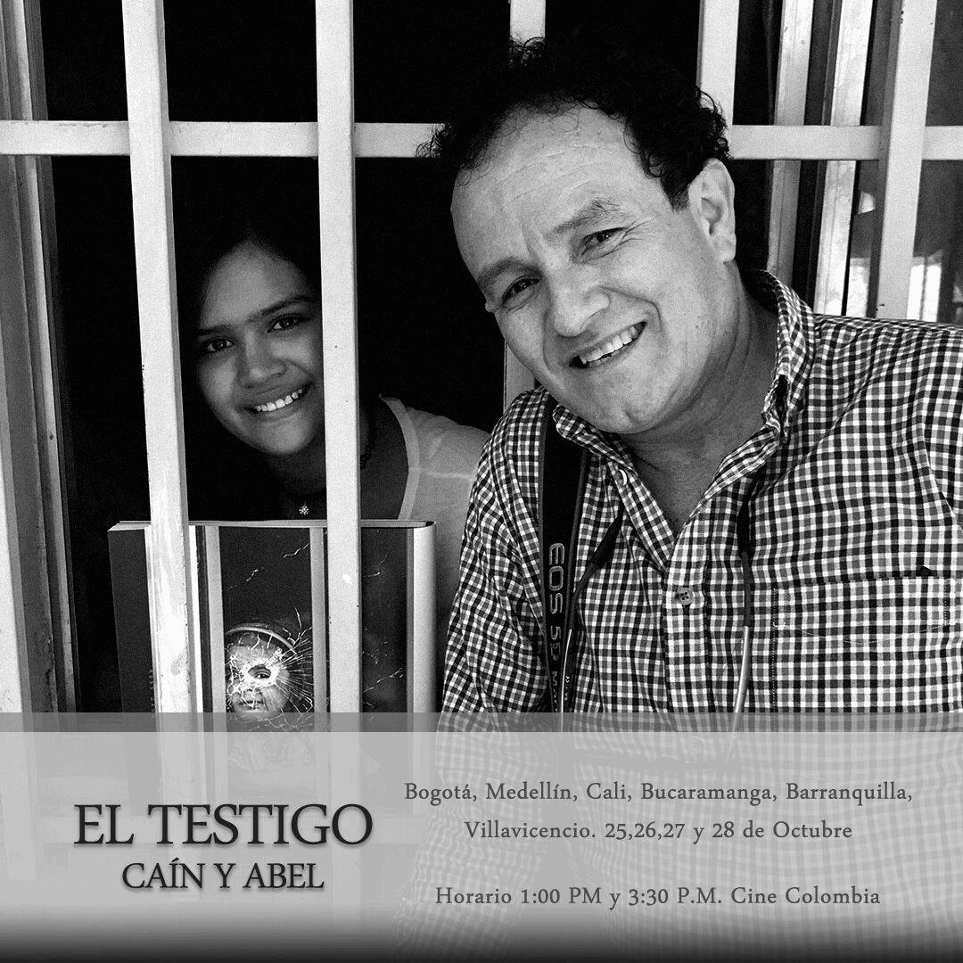 Con uno de los personajes que conoció en la Comuna 13 de Medellín cuando era niña y posó de adulta para el documental El Testigo.