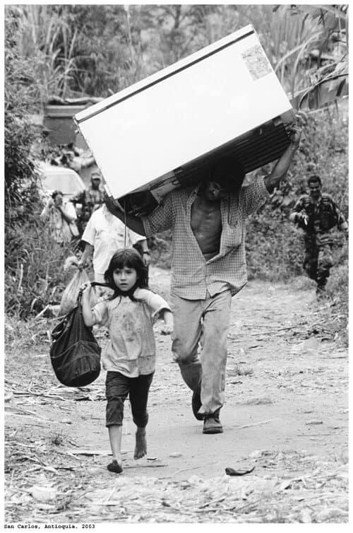 La imagen de Misael y Karina huyendo de San Carlos Antioquia, tras la matanza de 2003.